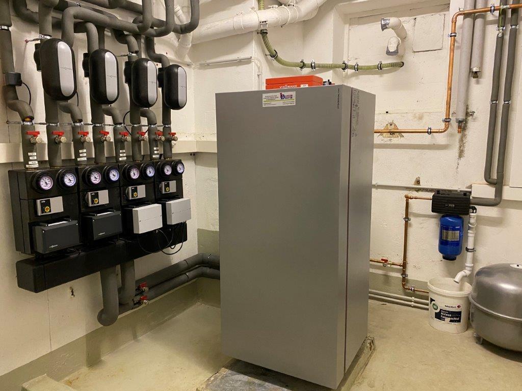 VITOCROSSAL 300  Viessmann Gas-Brennwertkessel Vitocrossal 300 mit 35 KW Leistung und vier geregelten Heizkreisen.